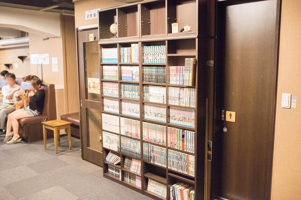 猫カフェ・きゃりこの本棚と漫画