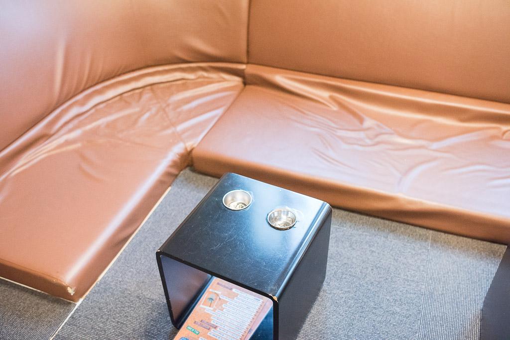 猫カフェ・きゃりこの床ソファ