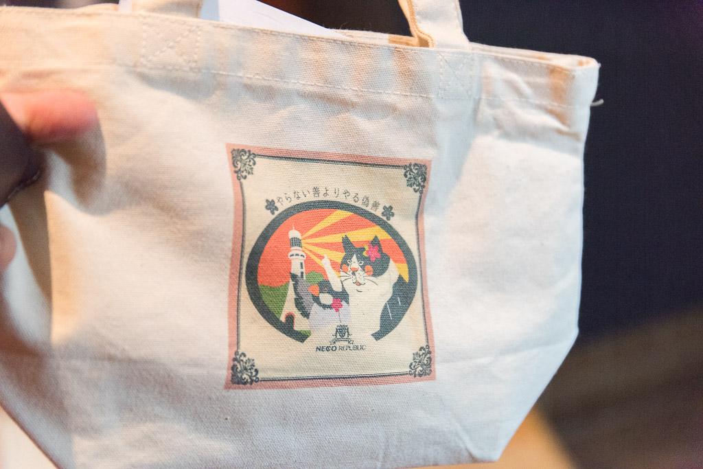猫カフェ・ネコリパブリックでは荷物はバッグに入れる