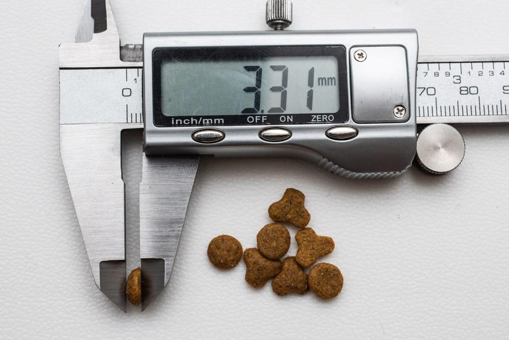 miawmiaw(ミャウミャウ)まぐろ味、丸タイプ粒の厚み測定