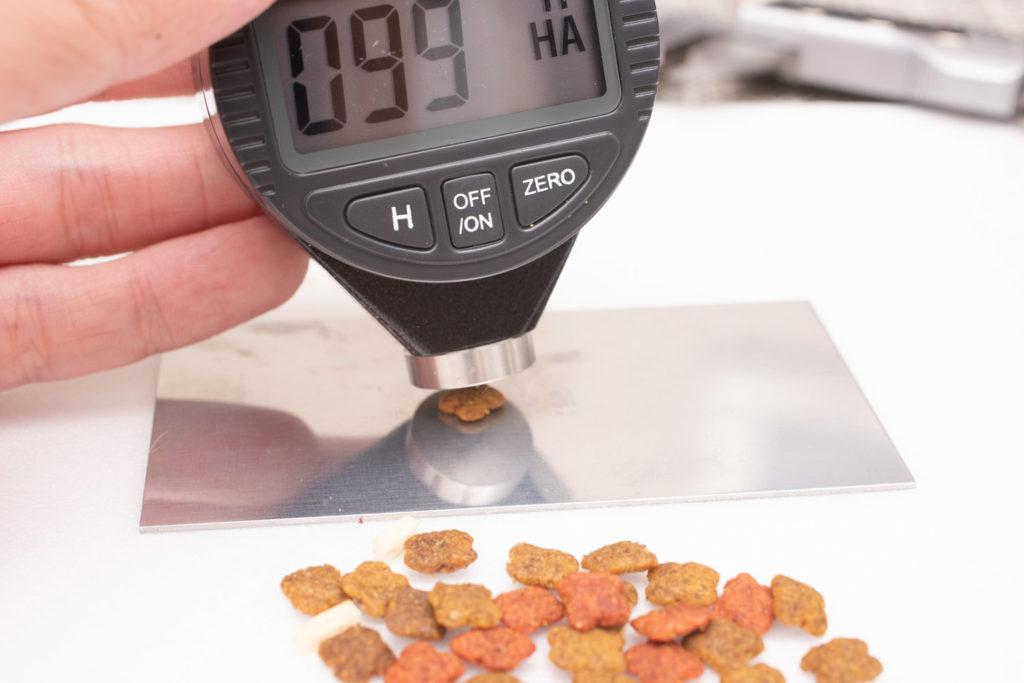 COMBO子ねこ用ミルクチップ添えの硬さ測定