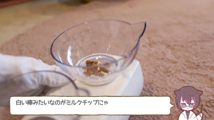 COMBO子ねこ用ミルクチップ添えは、白い棒がミルクチップ