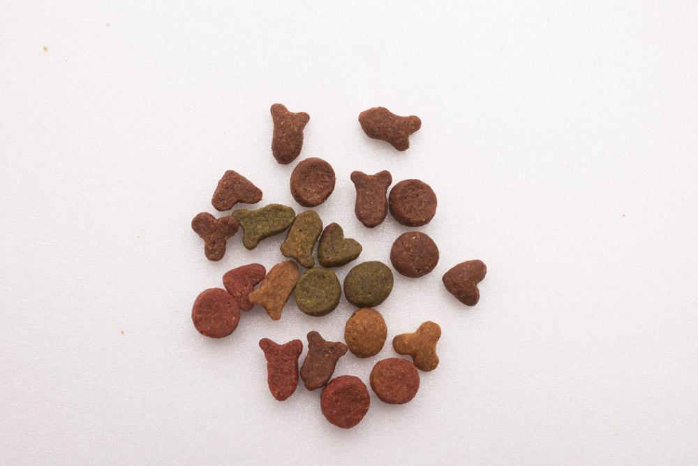 安いキャットフードの粒の形