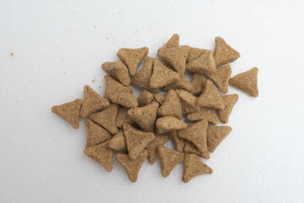 キャットフードの粒の形。三角形