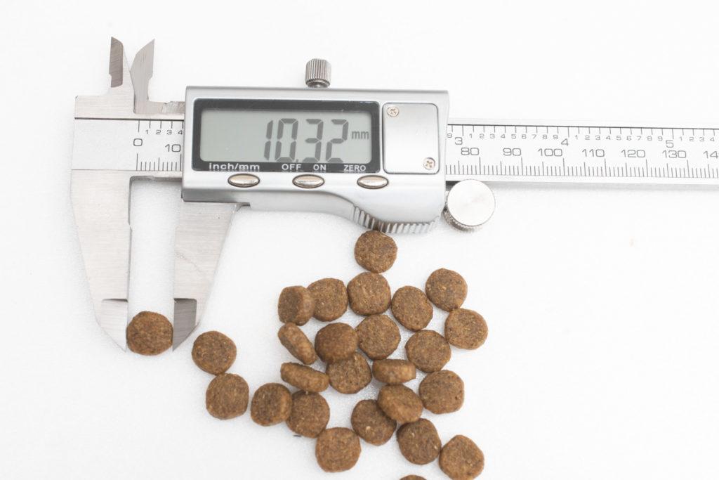 ニュートロ・ワイルドレシピ・キャットフードの長さ測定