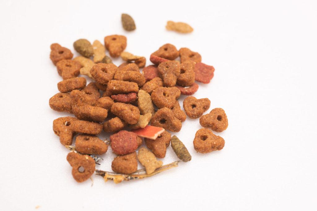 コンボ まぐろ味カニカマ、小魚添えの粒